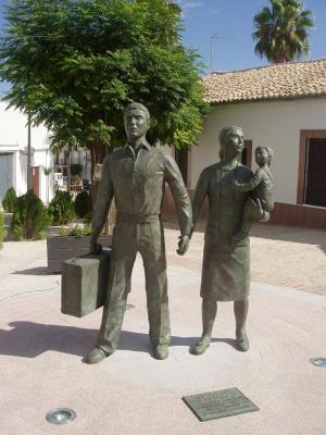 20080821110654-foto-3-escultura-de-los-emigrantes.jpg