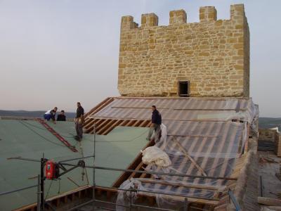 20091119161731-copia-de-nuevas-cubiertas-para-el-castillo-de-lopera.jpg