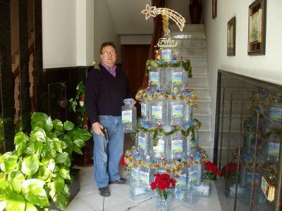 20091215095015-copia-de-un-arbol-de-navidad-con-garrafas-de-agua-recicladas.jpg