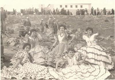 20100416161140-foto-3.-loperanas-ataviadas-con-traje-de-gitana-en-la-romeria-de-1959.jpg