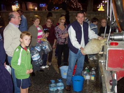 20101210192314-copia-de-reparto-de-agua-en-lopera.jpg