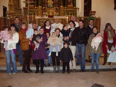 20110203184658-ninos-nacidos-en-el-2010-son-presentados-a-la-patrona-de-lopera.jpg