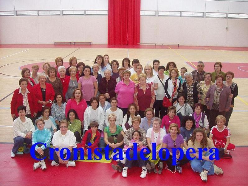 20111030211815-copia-de-cien-mujeres-participan-en-el-ii-encunetro-provincial-de-terapias-altrenativas-copia.jpg