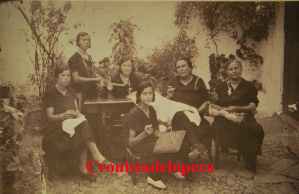 20141004131305-loperanas-cosiendo-un-ajuar-en-la-calle-san-roque-1932-copia.jpg