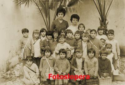 20160329102826-consuelo-aznar-y-alumnas-curso-1962-copia.jpg