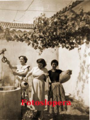 20160712110334-mujeres-loperanas-sacando-agua-del-pozo.jpg