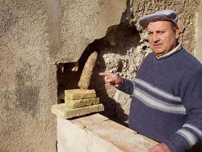Encuentran una bomba de la Guerra Civil en una casa de la calle San Roque de Lopera.