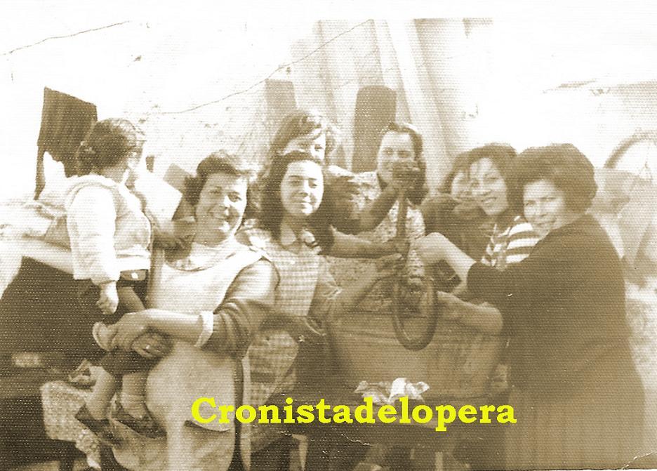 Grupos de loperanas de matanza en 1974. Familia Herrador y otras colaboradoras haciendo morcillas