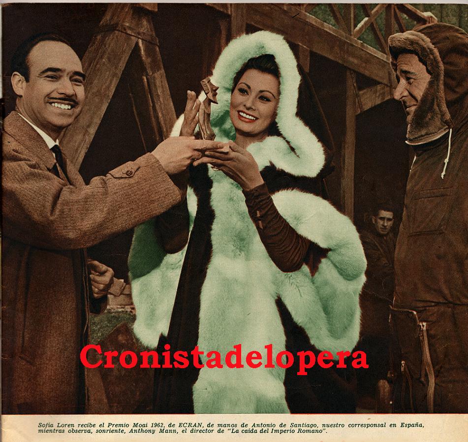 El Loperano Antonio de Santiago Gutiérrez Corresponsal en España de la Revista ECRAN (De Santiago de Chile)  entregando a Sofía Loren el Premio Moai 1962 en presencia de Anthony Mann Director de la película La Caída del Imperio Romano.