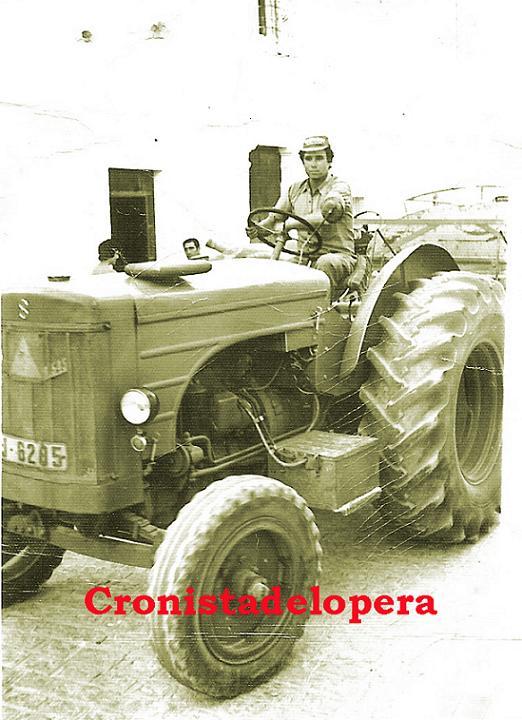 El Loperano Jerónimo Palomo Quero repartiendo agua por las calles de Lopera con un tractor Hanomag Barreiros y una cisterna. Año 1970