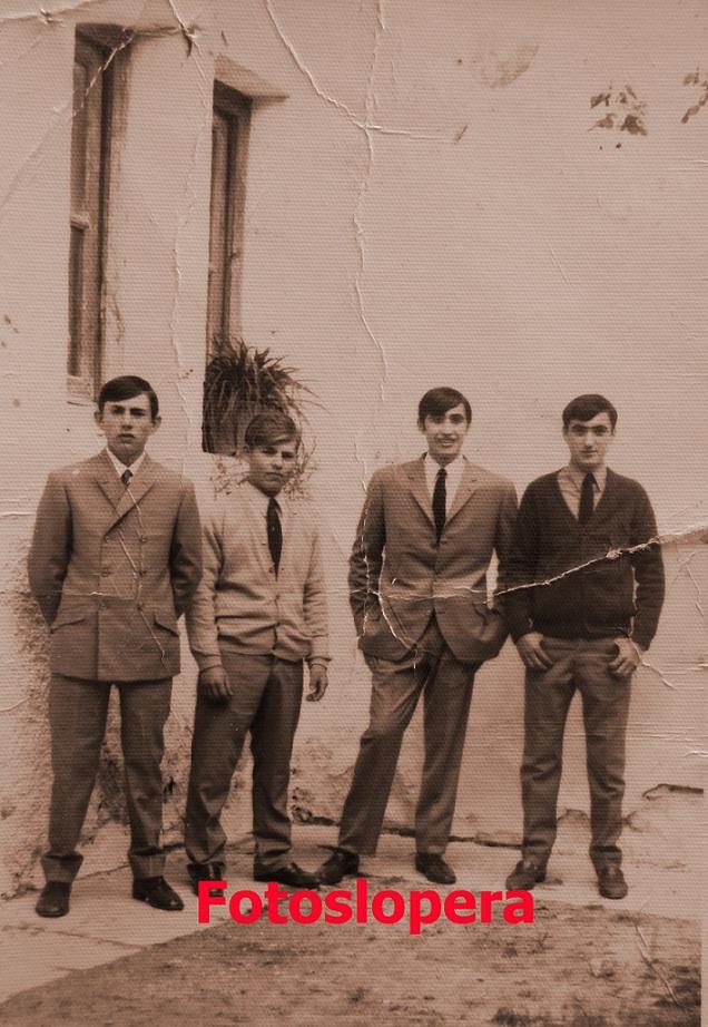 """Grupo de loperanos en el patio del Ayuntamiento (Casa de Francisco Lara """"El Pipi"""") año 1969. Francisco Moreno, Francisco Sánchez, Manuel Corpas y Antonio Corpas."""