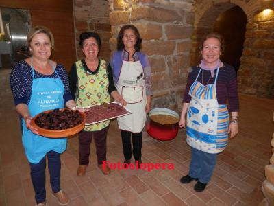 """Un Grupo de Mujeres de la Asociación Cultural La Paz de Lopera  han sido las encargadas de elaborar un exquisito  """"rancho de campaña"""" para los recreadores a base de potaje, productos de la matanza y panecillos con leche."""