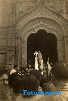 Salida en procesión desde la parroquia de la imagen de la Virgen de Fátima con motivo del Año Mariano. Lopera 1954