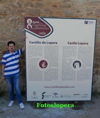 Instalado en la puerta de acceso al Castillo un panel informativo sobre el Castillo de Lopera incluido dentro de la Ruta de los Castillos y Batallas de Jaén.