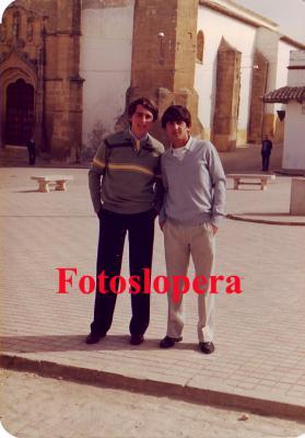 Paseo vespertino por el pasado de las Calles y Plazas de Lopera. Hoy por la Plaza Mayor de la mano de los quintos loperanos del año 1984 Vicente Pérez Oviedo y Antonio Partera Hoyo.