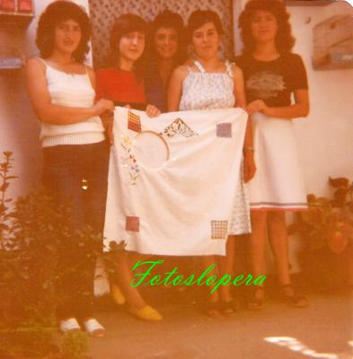 Taller de bordados a máquina de Isabel Lara Soler en 1980. Ani Alcalá, Juani Hueso, Carmen Hueso, Isabel Morales y Mª Carmen López.