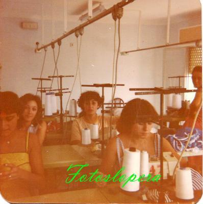 Grupo de Loperanas en el Taller de Confección de Loli Ruiz Sanz. Lopera 1982. Isabel Chueco, Marí García, Beni Pantoja, Rosi González y Ana Moreno.
