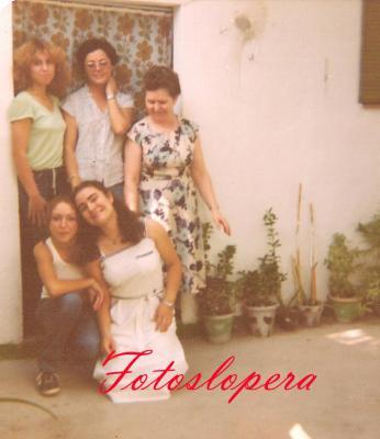 Grupo de loperanas en el Taller de bordados a máquina de Isabel Lara Soler en 1980. Rosi González, Leli Moreno, Isabel Lara, Mª Teresa Ruiz y Rosario García.