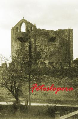 Vista parcial del Castillo de Lopera con su puerta principal y Torre de Santa María (detalle del frontón con el cuerpo de campanas) originarias. Año 1913