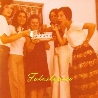 Taller de bordados a máquina de Isabel Lara Soler en 1980. Luisa Alférez, Rafi Gil, Isabel Lara, Paqui Puerto y Nati Cabezas.