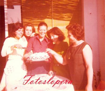 Taller de bordados a máquina de Isabel Lara Soler. Fin de curso 11-10-1975. Mari Clemente, Carmen Cerezo, Paula Medina, Isabel Adán  e Isabel Lara