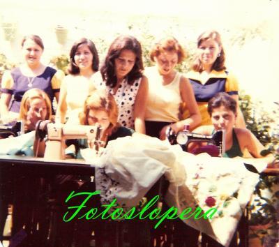 Taller de bordados a máquina de Isabel Lara Soler en 1976. Ana Girón, Ana Monje, Tere Manchado, Carmen Torres, Manoli Garrido, Isabel Adán...