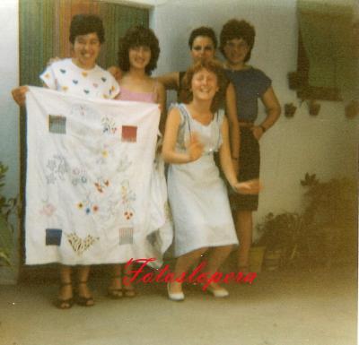 Taller de bordados a máquina de Isabel Lara Soler en 1981. Isabel Morales, Ana Alcalá, Magdalena Martos, Adelita Alférez y Mari Carmen Gómez.