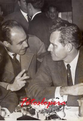 """El Loperano Antonio de Santiago Gutiérrez Corresponsal en España de la Revista ECRAN (De Santiago de Chile) en el aeropuerto de Barajas recibiendo al gran actor CHARLTON HESTON (""""Quo Vadis"""", """"Los 10 mandamientos"""", etc.) que venía a interpretar """"El Cid"""" (1961). Después volvió en 1963 para hacer """"55 días en Pekín""""."""