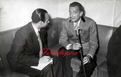 El Loperano Antonio de Santiago Gutiérrez Corresponsal en España de la Revista ECRAN (De Santiago de Chile)  entrevistando al pintor y escultor surrealista Salvador Dalí.