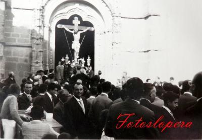 """Salida en Procesión desde la Parroquia del Cristo de la Expiración un Viernes Santo por la tarde del año 1962. Detalle a la izquierda del loperano Pedro García Bellido """"El Moreno del helado"""" con su carrillo de helados."""
