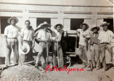 Grupo de albañiles de Lopera realizando obras en el Mercado de Abastos. Año 50