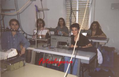 Grupo de Loperanas en el Taller de Confección de Loli Ruiz Sanz. Lopera 1995. Juani Peces, Alfonsi Ruiz, Toñi Platero, Mª Loli Sánchez y Conchi Quero.