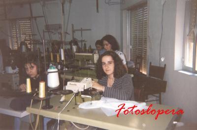 Grupo de Loperanas en el Taller de Confección de Loli Ruiz Sanz. Lopera 1995. Mª José García, Loli Pedrosa, Mª Loli Fernández.