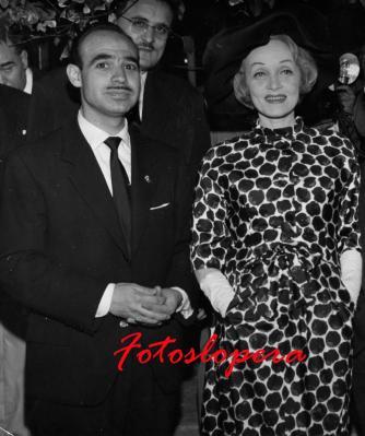El Loperano Antonio de Santiago Gutiérrez Corresponsal en España de la Revista ECRAN (De Santiago de Chile) con la famosa estrella de Hollywood MARLENE DIETRICH, durante la entrevista que concedió a los periodistas en Madrid.Verano de 1961