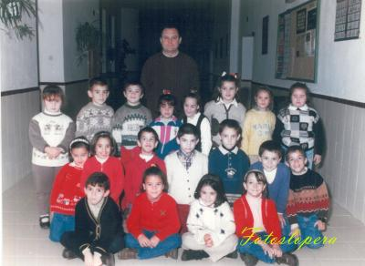 Hoy nuestro recuerdo será para el Maestro D. Antonio Alcalá Cerezo junto a sus alumnos de 1º de Educación Primaria. Curso 1997-98