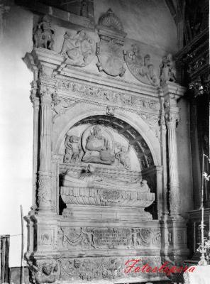 El Mausoleo de Dª Marina Fernández de Torres (Siglo XVI) obra de Juan de Reolid en la parroquia  de la Inmculada Concepción de Lopera en una foto del año 1912.