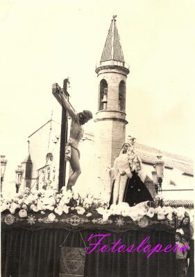 Procesión del Cristo de la Expiración junto a la Soledad a su paso por la Plaza Mayor de Lopera. Año 1973