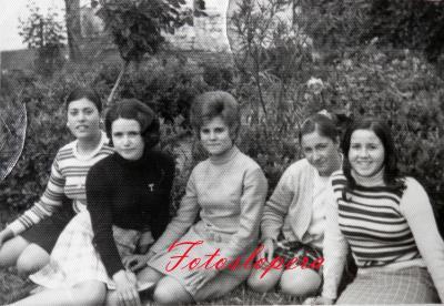 Grupo de Bordadoras del Taller de Isabel Lara en el Jardín Municipal. Año 1969. Micaela Moreno, Tere Acevedo, Rosario Pedrosa, Ani Serrano y Carmen Chueco.
