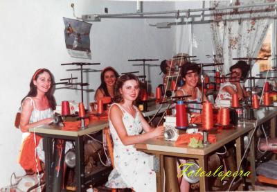 Grupo de Loperanas en el Taller de Confección de Loli Ruiz Sanz. Lopera 1983. María de la Cabeza García, Felipa Candelario, Luisa Aviño, Toñi Ballesteros, Paqui Cerezo.