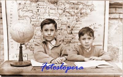 """Los alumnos del Colegio """"Tena Artigas"""" (hoy Miguel de Cervantes) Pedro Luis y José Antonio Medina Román. Curso 1958-59"""