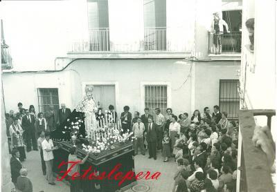 Procesión de la Virgen de la Soledad en carro a su paso por la calle Dr. Marañón . Año 1980. La loperana Agüeda Ruiz López cantándole una saeta. Foto Pedro L. Medina