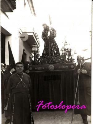 Procesión de Ntro. Padre Jesús Nazareno en carro a su paso por la calle Real. Año 1975. Los cofrades Nicolás García y Manuel Candelario.