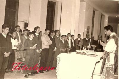 Misa oficiada por D. Joaquín Parra González en la galería del Colegio Miguel de Cervantes en el Curso 1966-67 a los Maestros y Alumnos de la Campaña de Alfabetización.