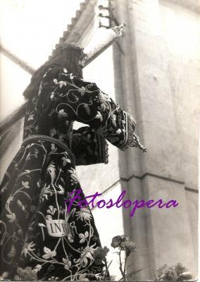 Antigua Imagen de Ntro. Padre Jesús Nazareno procesionando por las calles de Lopera hace 70 años. Año 1946