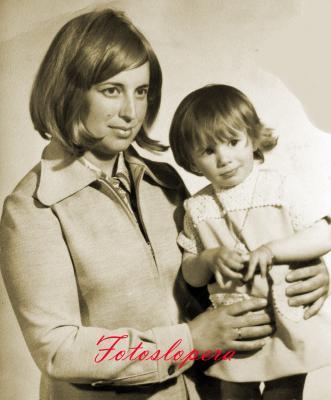 Las loperanas Paquita Casado Bruna y su hija Mari Loren Santiago Casado. Año 1972