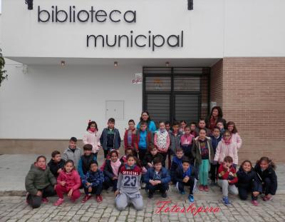 Un total de 36 Alumnos del CEIP Miguel de Cervantes de 3º de Educación Primaria junto a sus Profesoras visitan las dependencias de la Biblioteca Pública Municipal de Lopera.