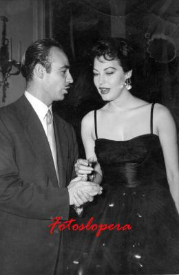 El Loperano Antonio de Santiago Gutiérrez Corresponsal en España de la Revista ECRAN (De Santiago de Chile) conversando con la bellísima AVA GADNER en Octubre de 1955, en el Gran Hotel Ritz de Madrid.