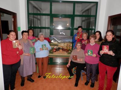 Alumnos del Centro de Adultos Luparia de Lopera realizan unas Postales Navideñas para felicitar las Pascuas.