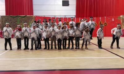 Los Alumnos del Colegio de Educación Infantil y Primaria Miguel de Cervantes de Lopera celebran la Navidad en el Pabellón Cubierto de Lopera.