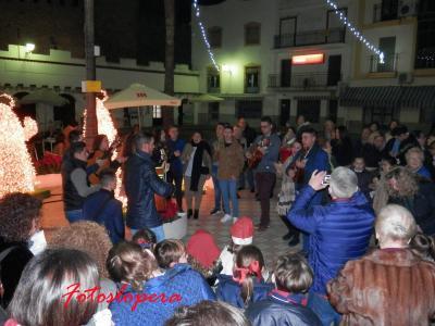 Ambiente Navideño en la Plaza Mayor de Lopera con el canto de Villancicos y castañas asadas al calor de la lumbre.